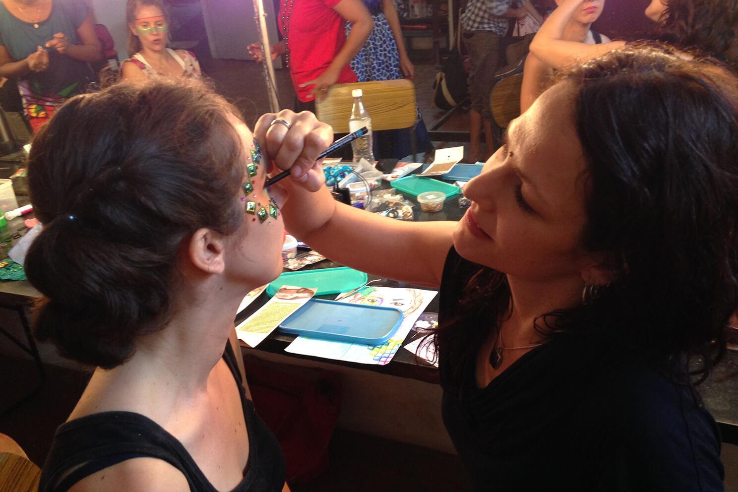 Melissa de Valera crée un maquillage artistique pendant un défilé takla makan slow fashion à Auroville en Inde