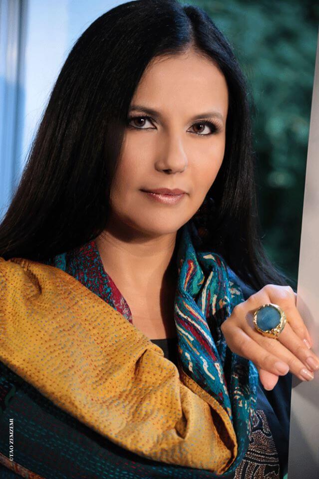 Takla Makan mode éthique avec son égérie Feriel Berraies portant une écharpe en kantha brodée