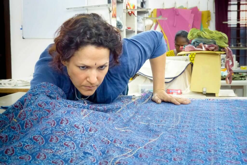 Melissa de valera au travail à l'atelier Takla Makan à Pondichéry