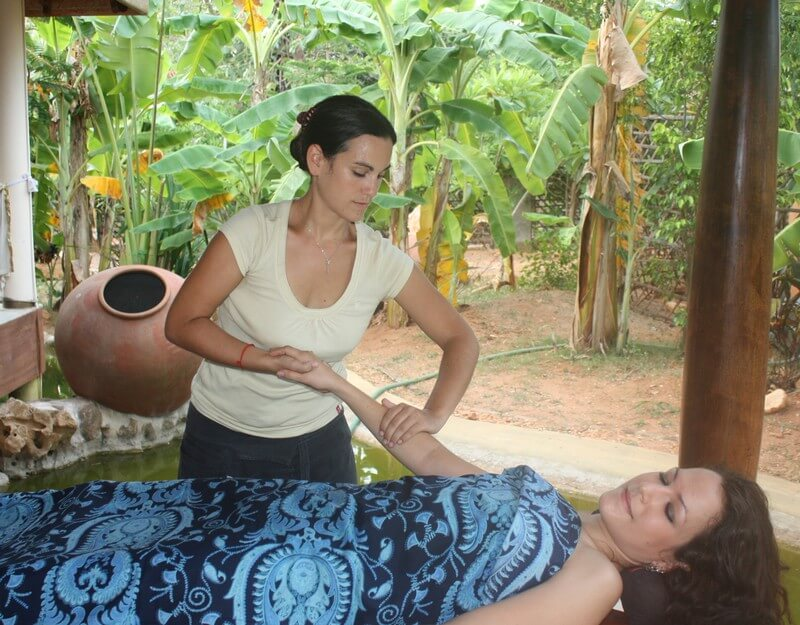 fleur soumer fait un massage ayurvédique à Melissa de Valera à Auroville